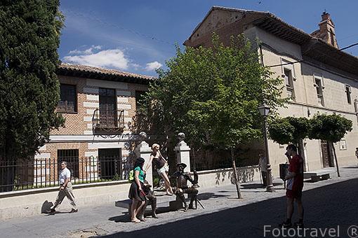 Calle Mayor y escultura del Quijote y Sancho junto al Museo casa natal de Cervantes. ALCALA DE HENARES. Ciudad patrimonio Unesco. Madrid. España