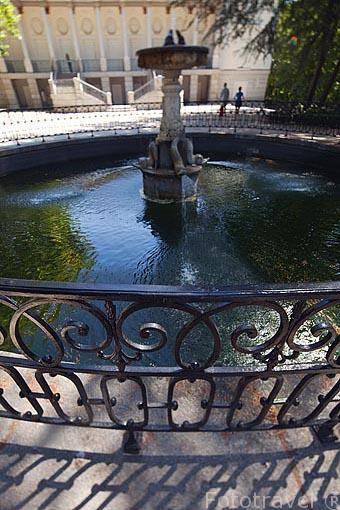 Fuente de los Delfines y detrás el Palacio. Jardin historico artistico (s. XVIII) El Capricho. Madrid capital. España