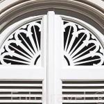 Detalle de una puerta. Edificio del Abejero. Jardin historico artistico (s. XVIII) El Capricho. Madrid capital. España