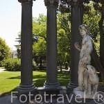 Templete y escultura. Jardin historico artistico (s. XVIII) El Capricho. Madrid capital. España