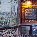 A la Izquierda Azulejos de Alfonso Romero. Der. Bar- restaurante La Fraguas de Vulcano en la calle Nuñez de Arce. Zona de Huertas. Madrid capital. España