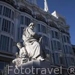Escultura a Calderon de la Barca detrás el restaurante Midnight Rose. en la Plaza de Santa Ana. Zona de Huertas. Madrid capital. España