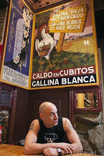 """El Sr. J. Cerezal """"Chuchi"""", empresario. Interior del bar La Fragua de Vulcano. Barrio de Huertas. Madrid. España"""