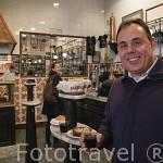 El propietario Daniel Ruiz Walburger dirige junto a sus hermanos. Taberna- bar La Casa del Abuelo. Calle Victoria 12. Barrio de Huertas. Madrid. España