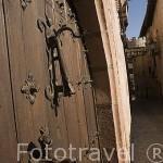 Puerta de madera y aldaba. ALBARRACIN. Teruel . España