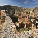 Turistas en lo alto del castillo. Pueblo amurallado de ALBARRACIN. Teruel . España