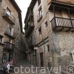 Calle y bares junto a la plaza del Ayuntamiento. ALBARRACIN. Teruel . España