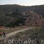 Pueblo de ALBARRACIN al atardecer desde lo alto de las murallas. Teruel . España