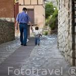 Padre e hijo. Paseando por el casco historico del pueblo de ALBARRACIN. Teruel. España