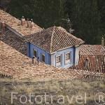Tejados y casa pintada de azul. ALBARRACIN. Teruel. España