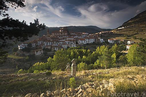 Pueblo de LINARES DE MORA desde el mirador de Santa Ana. Teruel. España