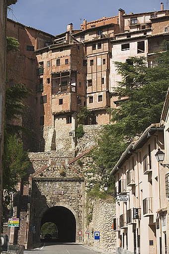 Entrada al pueblo amurallado de ALBARRACIN. Teruel. España