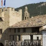 Torre y antiguos edificios a la entrada del pueblo de RUBIELOS DE MORA. Comarca de Gudar -Javalambre. Teruel. España