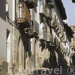 Calle y balcones. Pueblo de RUBIELOS DE MORA. Comarca de Gudar -Javalambre. Teruel. España