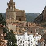 Calle e iglesia del pueblo de MONTALBAN. Teruel. España