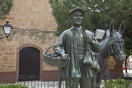 Monumento a los villafranqueros junto a la iglesia. VILLAFRANCA DE LOS CABALLEROS. Provincia de Toledo. Castilla La Mancha. España - Spain