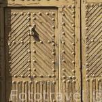 Detalle de una puerta y aldaba. Población de MADRIDEJOS. Provincia de Toledo. Castilla La Mancha. España - Spain