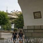 Calle del Arco, la plaza mayor y al fondo los molinos de viento. Población de CONSUEGRA. Provincia de Toledo. Castilla La Mancha. España - Spain