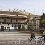 Plaza de España y los molinos al fondo. Población de CONSUEGRA. Provincia de Toledo. Castilla La Mancha. España - Spain