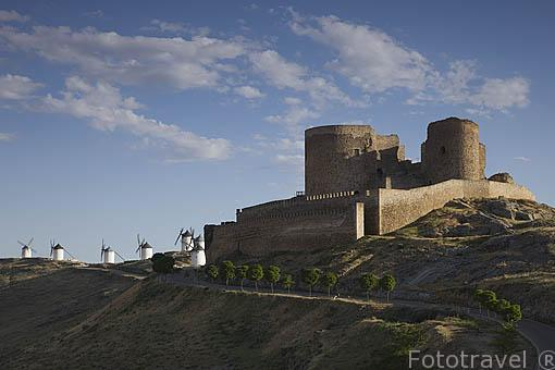 Castillo y molinos en la población de CONSUEGRA. Provincia de Toledo. Castilla La Mancha. España - Spain