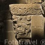 Detalle de figuras en el portico de la iglesia de Santa Maria, romanica con elementos goticos, s,XII.Pueblo de UNCASTILLO. Zaragoza. Aragon. España