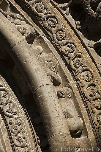 Figuras en las arquivoltas de la iglesia de Santa Maria, romanica con elementos goticos, s,XII.Pueblo de UNCASTILLO. Zaragoza. Aragon. España