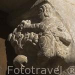Detalle de figuras en la portada de la iglesia de San Felices. (Romanico, S.XII). Pueblo de UNCASTILLO. Zaragoza. Aragon. España