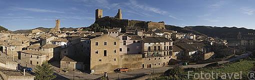 El pueblo de UNCASTILLO. En lo alto la torre del homenaje y el palacio gotico. Zaragoza. Aragon. España