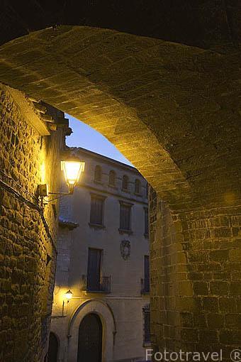 Soportales bajo la iglesia de San Martin y casa señorial. Pueblo de UNCASTILLO. Zaragoza. Aragon. España