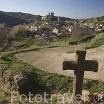 Pueblo de UNCASTILLO y cruces en el ascenso a la ermita Virgen de San Cristobal. Zaragoza. Aragon. España