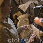 Teresa Pueyo haciendo encaje de bolillos en su tienda de artesania. Pueblo de UNCASTILLO. Zaragoza. Aragon. España