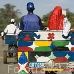 Carros a modo de taxi y transporte de mercancias en la ciudad de RICHARD - TOLL. Al norte de Senegal