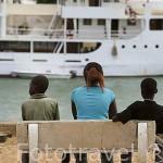 Niños observando el barco Bou EL Mogdad en el muelle de PODOR. Al norte de Senegal