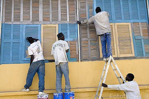 Pintando el exterior de la fortaleza de PODOR. (originalmente inglesa esta siendo restaurada para ser museo historico). Patrimonio de la Unesco. Senegal.