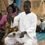 El Sr. Bubacar Barry sirviendo el té junto a familiares. Centro de PODOR. Senegal
