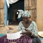 Khady preparando el mijo para el cuscus. Ciudad de PODOR. Al norte de Senegal