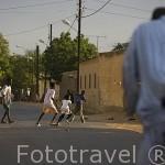 Jovenes jugando al futbol en el centro de la ciudad de PODOR. al norte de Senegal