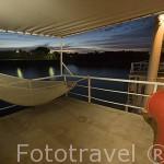 Cubierta y hamaca en la parte de alta del barco Bou El Mogdad. Desde Noviembre 2005 navega como barco turistico por el rio Senegal. Al fondo la ciudad de PODOR. Senegal