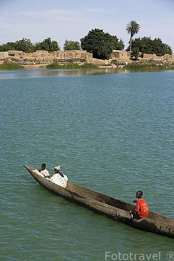 Embarcacion de madera que sirve para pescar y transportar todo tipo de material. Rio Senegal. SENEGAL