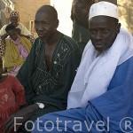 Boubacar Ly es el jefe administrativo del pueblo de FANAYE WALO, junto a su ayudante y detras sus mujeres y niños. Norte de Senegal