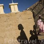 Una calle y gente. Al fondo la mezquita del pueblo de FANAYE WALO. Situado junto al rio Senegal. Norte de Senegal