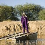 Un lugareño encargado de pasar a la gente de una orilla a otra en sus bidones a modo de soporte, tirado con una cuerda atada a cada orilla. Changaye, afluente del rio Senegal. SENEGAL