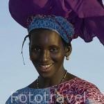 Mujer luciendo su tocado, ataviada con un boubou. Pueblo de DEGUEMBERE. Rio Senegal. Norte de Senegal