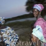 Mujer con su bebe y niños paseando al atardecer. Pueblo de DEGUEMBERE. Rio Senegal. Norte de Senegal