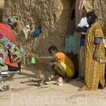 Familia e inivitada en la hora del té. Pueblo de SALDE. En la orilla de Mauritania. Rio Senegal. Senegal