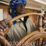 El capitan de navio Baba Sarr y aprendiz en la cabina del barco Bou El Mogdad. Navegando en el rio Senegal. SENEGAL