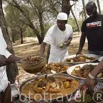 Plato tipico senegales: Chebu dien. Servido por tripulantes del barco Bou El Mogdad. Rio Senegal. Norte de Senegal