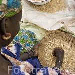 Mujer separando el grano. Poblado nomada de GOUMEL PEUL. Rio Senegal. Norte de Senegal