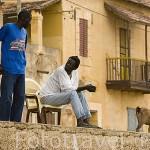 Un pescador conversando en el muelle del pueblo de DAGANA. rio Senegal. Senegal