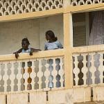 Chicas en el balcon de su escuela. Pueblo ribereño de DAGANA. Rio Senegal. Senegal